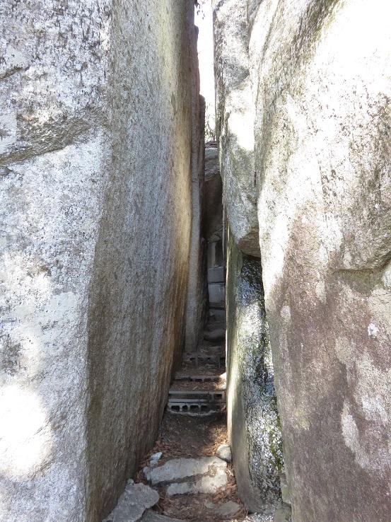 石割神社大きな岩が割れている通り抜けると願いが叶う