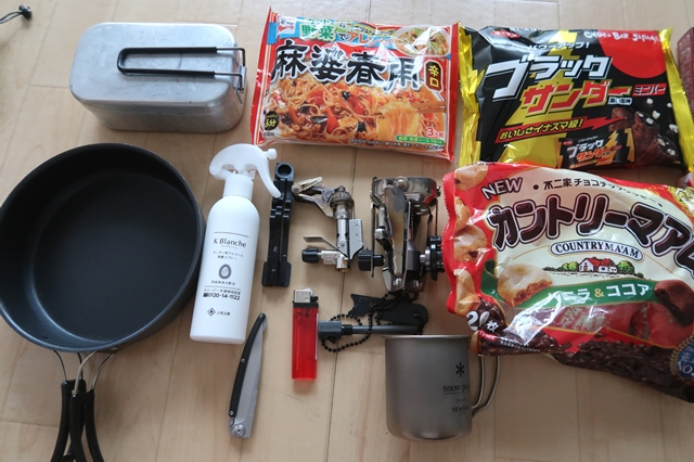 防災グッズ火器類と、鍋(メスティン)、登山用フライパン、ナイフ