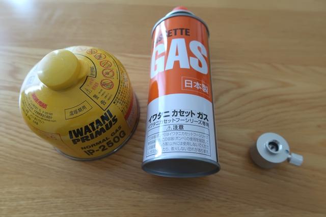 アウトドア用ボンベ(OD缶)とカセットボンベ(CB缶)、ガス詰め替えアダプターの3つ用意