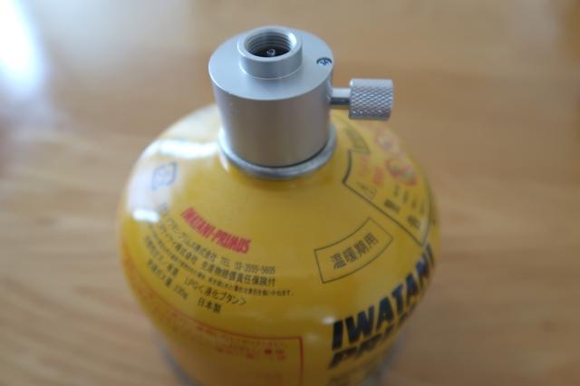 ガスを送り込みたい方を下にし、写真のようにアダプターをセット