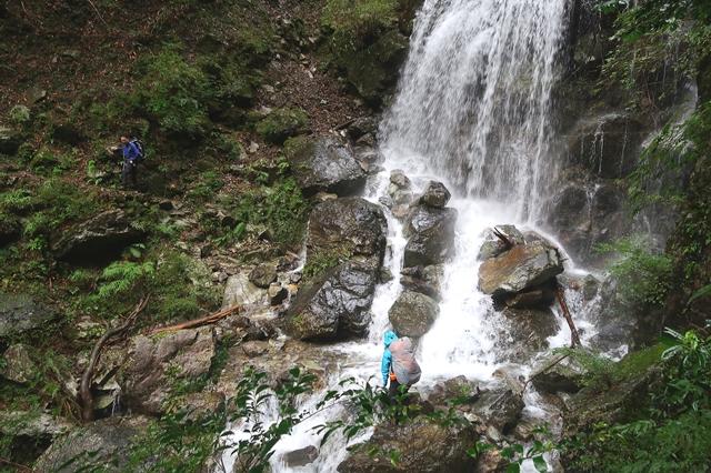 登山道が沢の水で水没