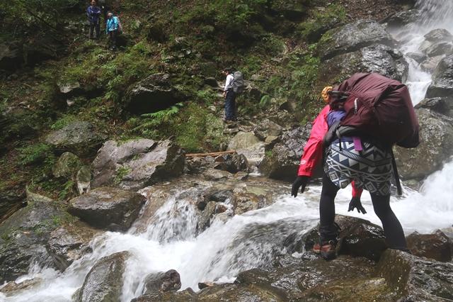 渡渉中の女性登山者