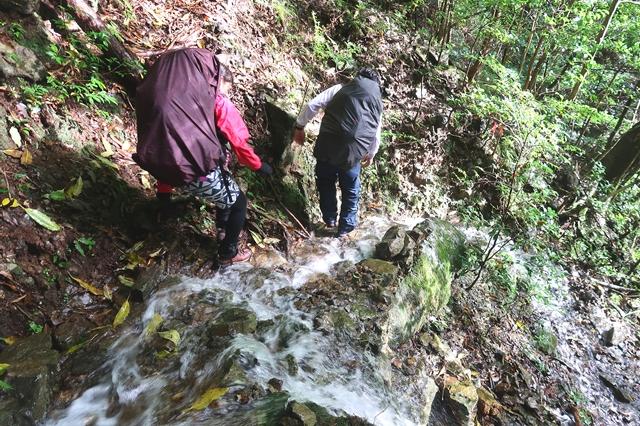登山道が川のように増水