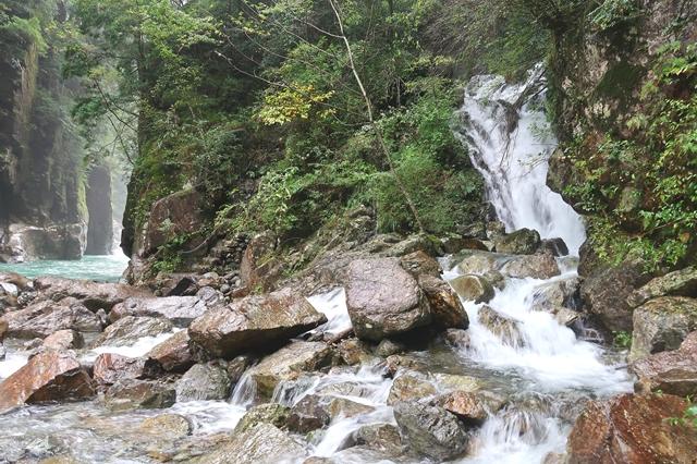 桃ノ木山の家とニコニコ滝へのルート