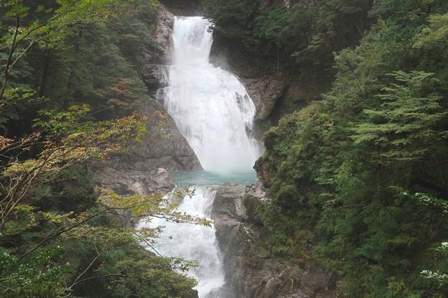 日本名瀑百選七ツ釜滝落差は120m