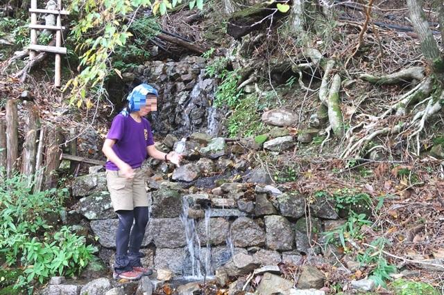 粟谷小屋の水場前日の大雨の影響で枯葉