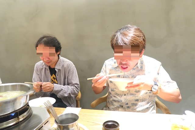 八向で食事男性二名