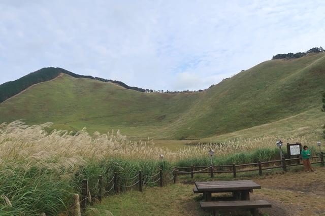 正面左が二本ボソ右手に見えるピークが亀山