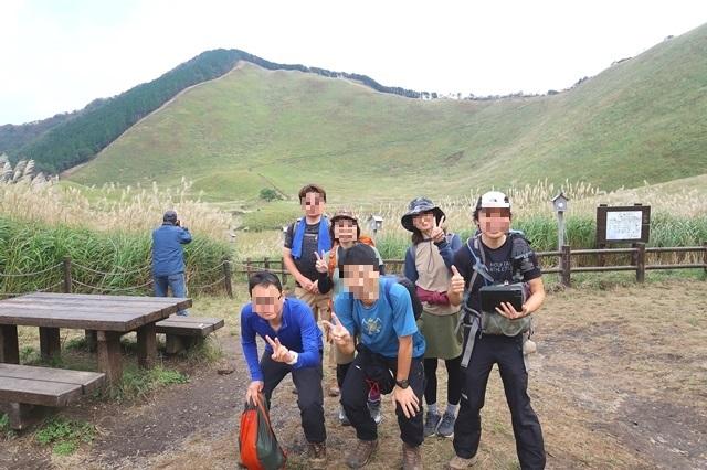 お亀池の前で登山者と記念撮影