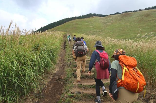 亀山・二本ボソ小屋を目指すようす