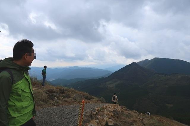 亀山山頂と登山者