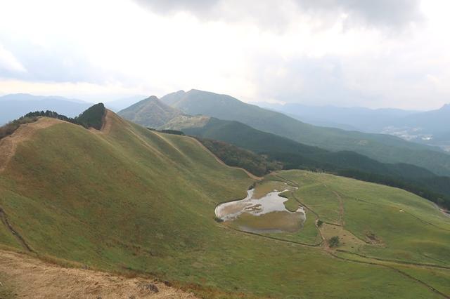 振り返っての亀山への稜線とお亀池