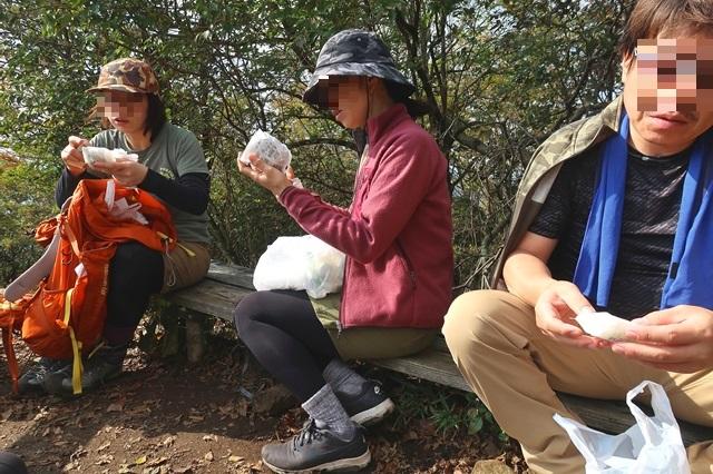 俱留尊山の山頂で昼飯