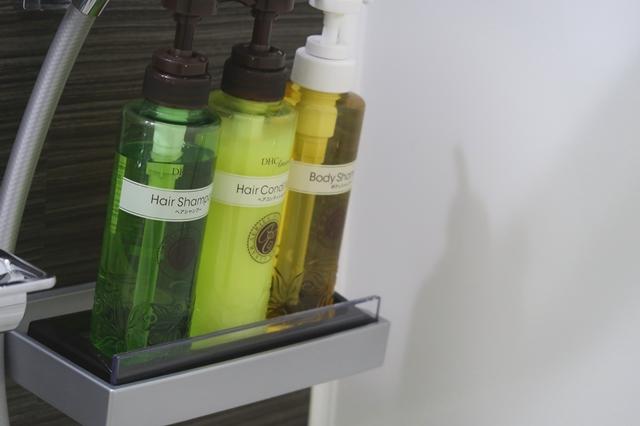 バスルームに備え付けられているシャンプー、コンディショナー、ボディーソープ