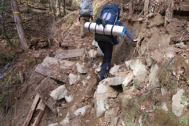 一休坂から笠取小屋までのルートも少し痛んでいる箇所
