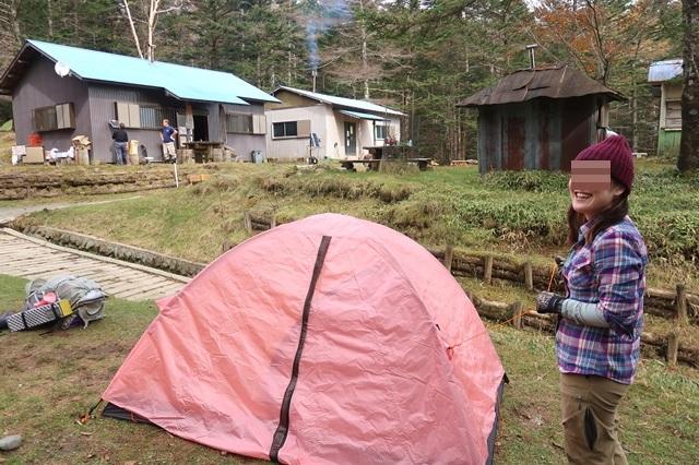笠取小屋ピンク色のテント設営