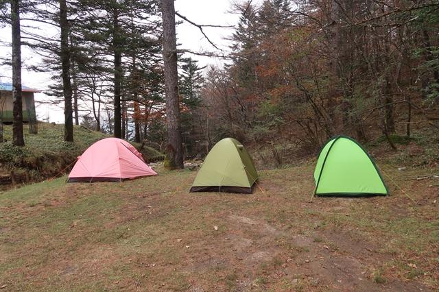 笠取小屋のテント場テント3張り