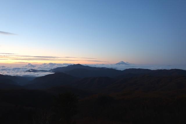 夜明け前の静寂山の景色