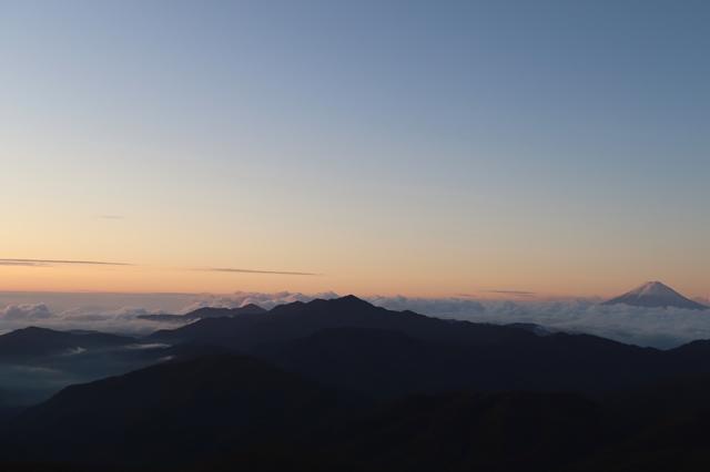 富士山と雲海、大菩薩嶺のシルエット