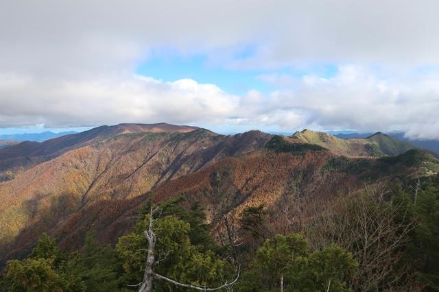 西御殿岩から和名倉山