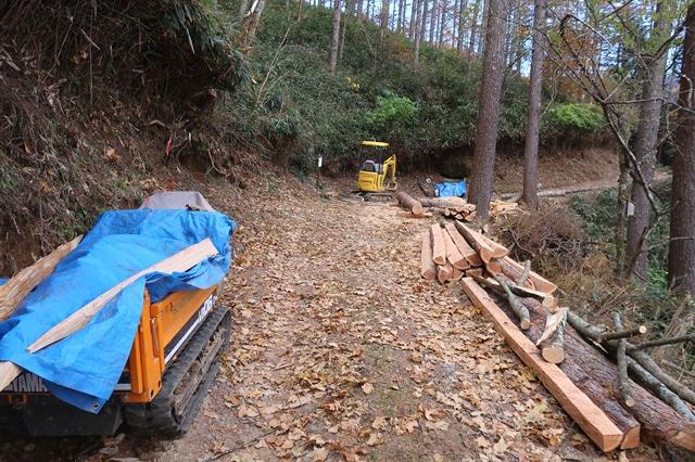 台風で損傷した登山道を整備車両