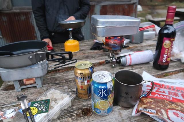 登山用の軽量フライパンを使って調理エスビット調理
