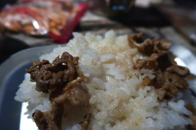 エスビットで炊いたお米と焼肉