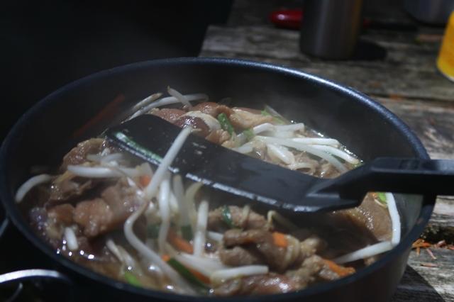 エスビットで調理ラム肉の野菜炒め