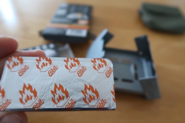 >固形燃料のパッケージを開けるタブレット