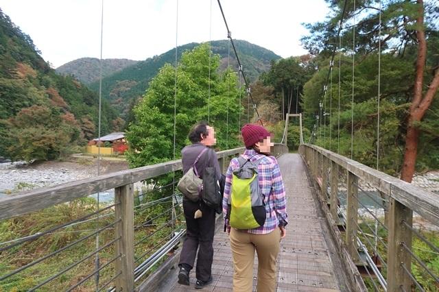 丹波山温泉のめこい湯の駐車場吊橋