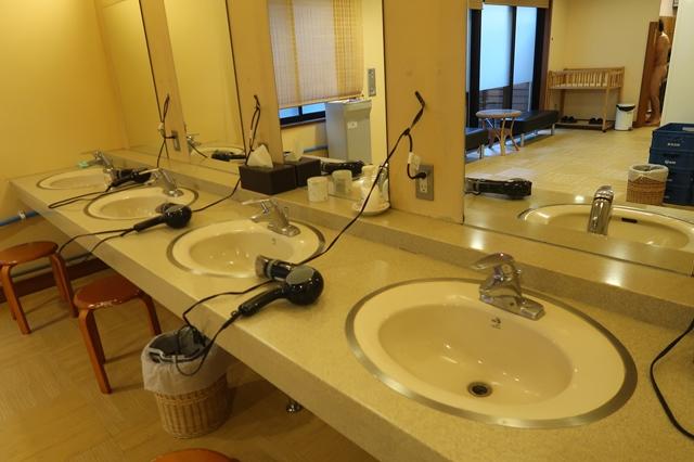 のめこい湯の設備男性用の洗面台