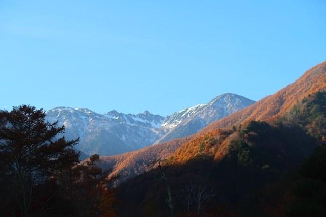こまくさの湯の駐車場から見る中央アルプス宝剣岳と千畳敷カール