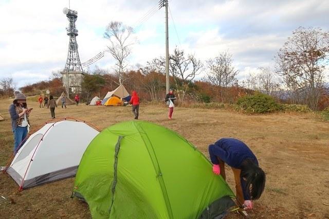 初めてのテントの設営女性二人