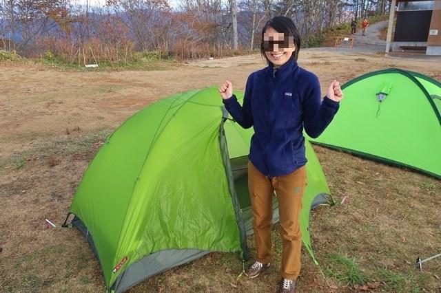 新しい緑色のテント女性
