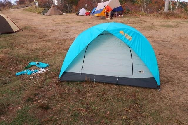 男性用の青いテント