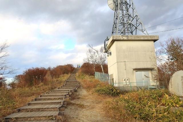 陣馬形山登山道の脇にある電波塔