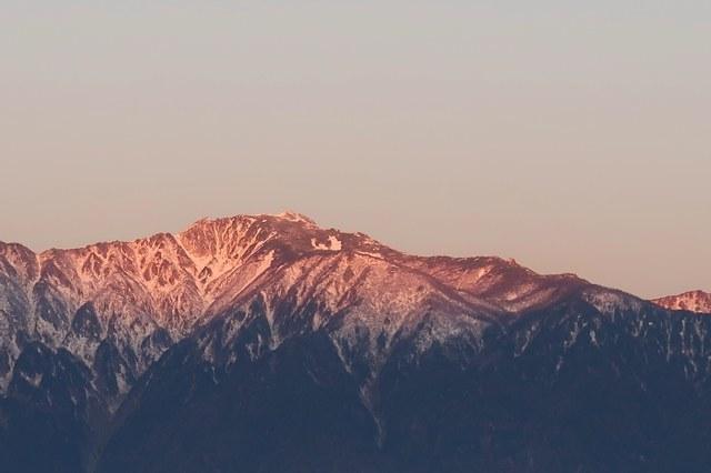 日の出に染まる空木岳
