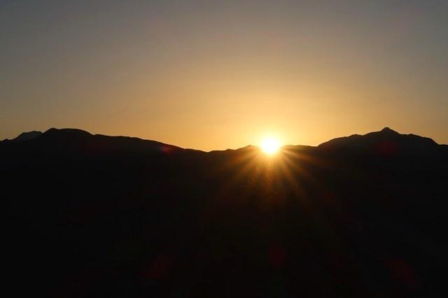 南アルプス方面は夜明けを迎えている景色