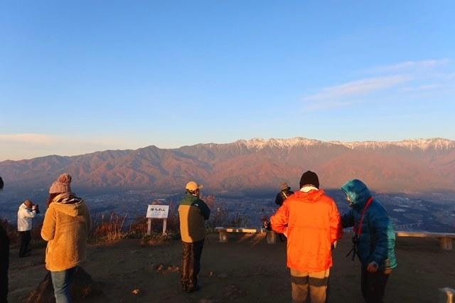 日の出を迎え活気溢れる陣馬形山