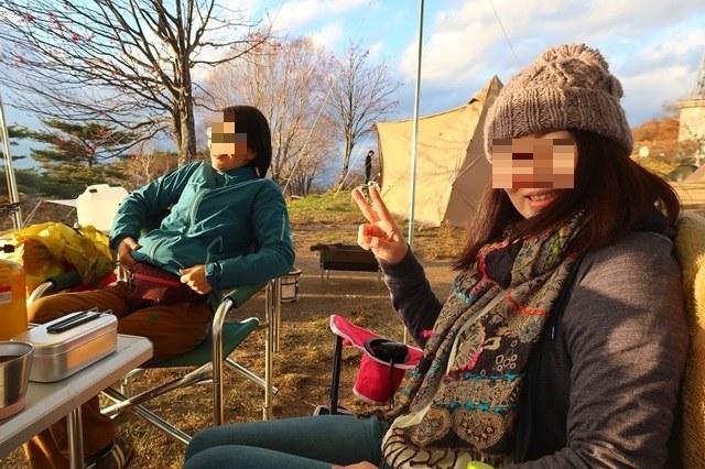 キャンプ中の女性