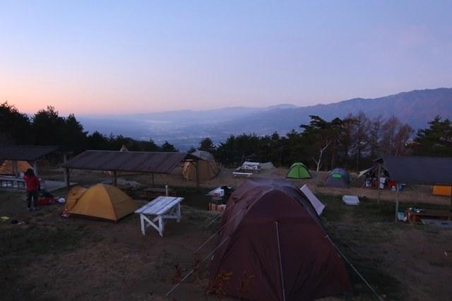 夜明けを迎える陣馬形山キャンプ場様子