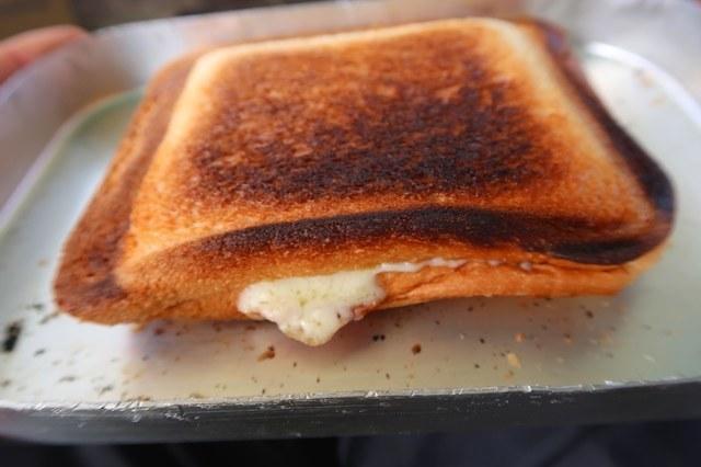 ホットサンドチーズがはみ出ている