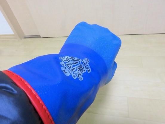 青色の防寒テムレスを雪山で使用