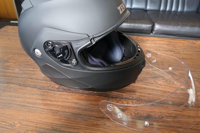 ヘルメットのシールドを外した状態