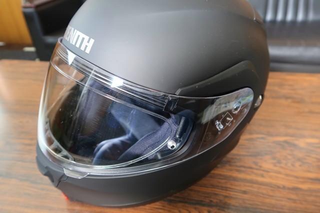 バイクのヘルメットに曇り止め対策アイテムを装着した完成形