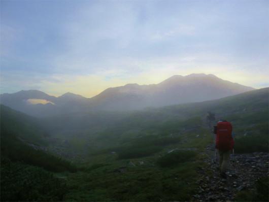 登山道を歩く二人
