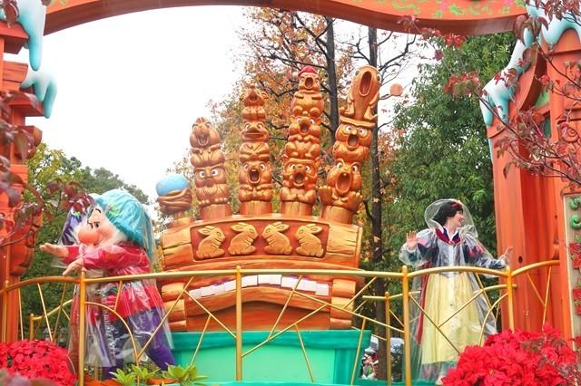 絶叫する木々も雨の日のパレードに参加