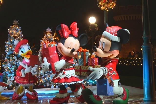 ディズニーランドのクリスマスの風景