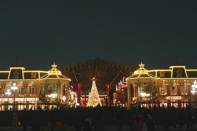 ディズニーランドのクリスマスツリーもライトアップ