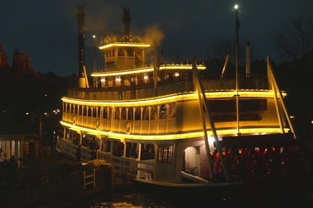 豪華客船もライトアップディズニーランド風景